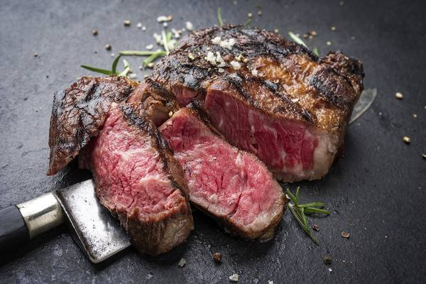 Muskelfleisch aus artgerechter Tierhaltung stellt eine exzellente Protein- und Fettquelle dar. Darüber hinaus enthält solches Fleisch auch eine erhöhte Menge an Omega 3 Fetten, konjugierte Linolsäure sowie diverse Vitamine und Antioxidantien. Je nachdem ob man Organfleisch mit dazuzählt, stellt die Leber gesunder Tiere eine überaus effiziente Quelle für Vitamine und Mineralstoffe dar. (Bildquelle: Fotolia / HLPhoto))