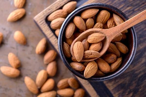 Nüsse und Samen enthalten viele Vitamine und Nährstoffe sowie hochwertige Fette. Ds ist auch gleichzeitig das Problem: Sie sind sehr energiereich. Wer nicht aufpasst, kann damit seine tägliche Kalorienbilanz sehr schnell (und ungewollt) knacken, daher ist Maßhaltung angebracht. (Bildquelle: Fotolia / 4F MEDIA)
