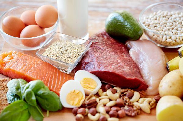 Reich an Mineralstoffen, B-Vitaminen, Zink & Cholesterin: Rotes Fleisch, Fisch & Meeresfrüchte sowie Oliven, Leinsaaten und Nüsse. So kann eine testosterongerechte Ernährung aussehen.