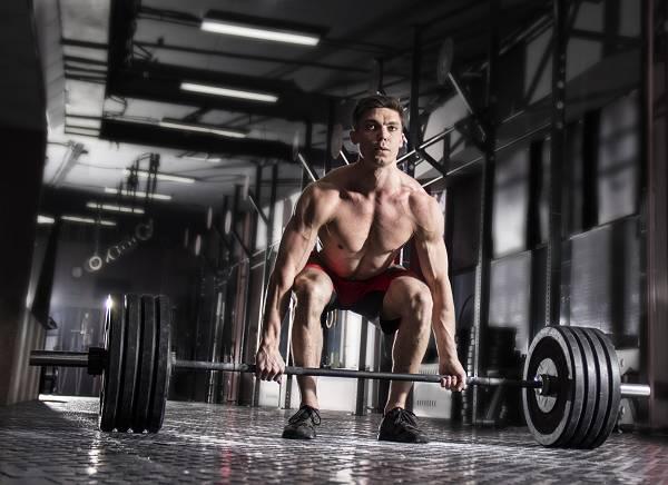 Curls & Co. sind eine nette Sache, aber die größten Gewichte wirst du zweifelsohne bei Grundübungen, wie z.B. Kniebeugen, Kreuzheben oder Bankdrücken, verwenden. Im Gegensatz zum Isolationstraining lässt sich der Körper mit diesen mehrgelenkigen Verbundübungen umfassend und ganzheitlich trainieren. Sie sind auch die mit Abstand funktionalsten Übungen.