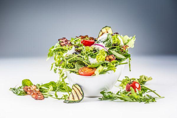 Bei einer gesunden Ernährung geht es nicht nur um die Lebensmittelauswahl, sondern auch um eine adäquate Menge in Form von Makronährstoffen und Kalorien. Wer regelmäßig Sport treibt, kommt mit einem Salat nicht besonders weit. (Bildquelle: Fotolia / weyo)