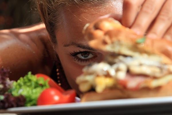 250 kcal, 500 kcal oder doch eher 750 kcal? Viele Menschen sind nicht einmal dazu in der Lage den Brennwert (kcal-Gehalt) von Mahlzeiten korrekt einzuschätzen, die sie in der heimischen Küche zubereiten. Dieses Problem verschärft sich, wenn man auswärts isst, da die Optik häufig nur wenig darüber verrät, wie kaloriendicht die Zutaten wirklich sind.