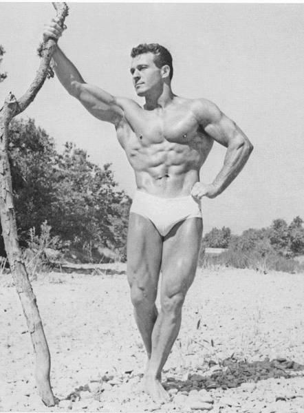 """Den Namen Jack LaLanne sollte man als kraftsportbegeisterter Mensch ruhig kennen. LaLanne (* 26. September 1914; † 23. Januar 2011) galt als Begründer der amerikanischen Fitness-Bewegung, Ernährungsexperte und Motivationsredner, der sein ganzes Leben damit zubrachte andere zu einem gesünderen Lebensstil zu animieren. Man nannte ihn daher auch häufig den """"Godfather of Fitness""""."""