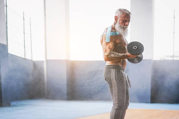 Wir wissen alle, dass es genug positive Vorbilder gibt. Das Warm Up so mancher Ü40 Athleten reicht locker aus, um 20-jährige in die Tasche zu stecken. Wer bereits länger trainiert und auf einen reichen Erfahrungsschatz in Sachen Training zurückblickt, hat natürlich Vorteile, doch grundsätzlich gilt: Je älter wir werden, desto mehr haben wir zu verlieren und desto eher sollten wir aktiv gegensteuern. Doch was gilt es eigentlich mit fortschreitendem Alter zu berücksichtigen? (Bildquelle: depositphotos / AlessandroBiascioli)