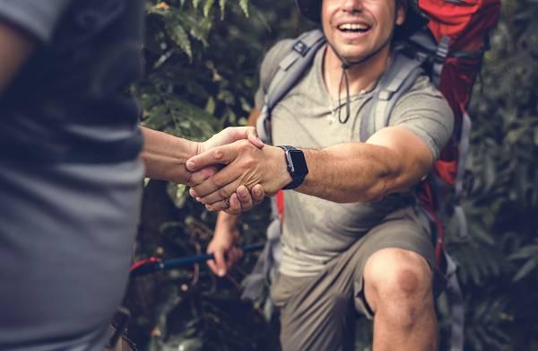 Wir können die Anatomie unserer Hände nicht beeinflussen, aber wir können sehr wohl unsere Griffkraft, die uns in vielen Lebenslagen helfen kann, trainieren. (Bildquelle: depositphotos /Rawpixel)